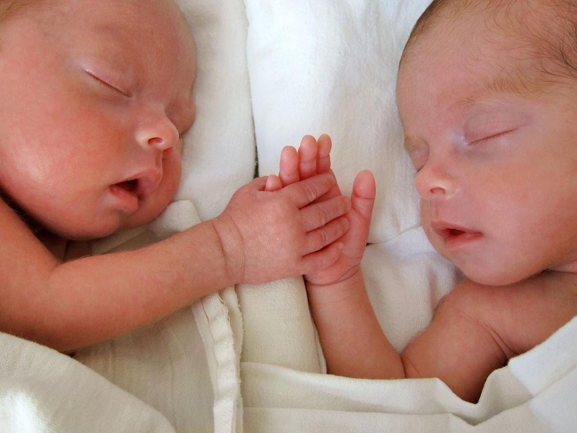 Gemelos: 5 trucos de padres para organizarse con los bebés