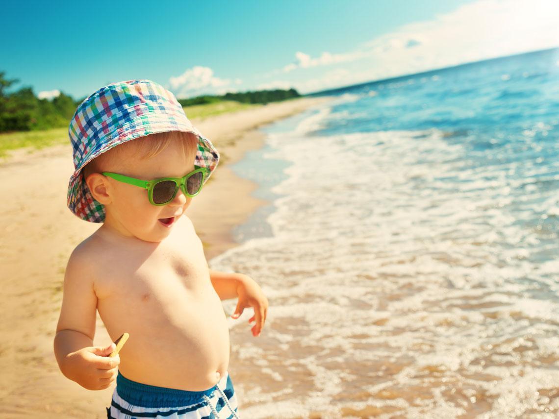 Juegos de estimulación para el bebé en la playa