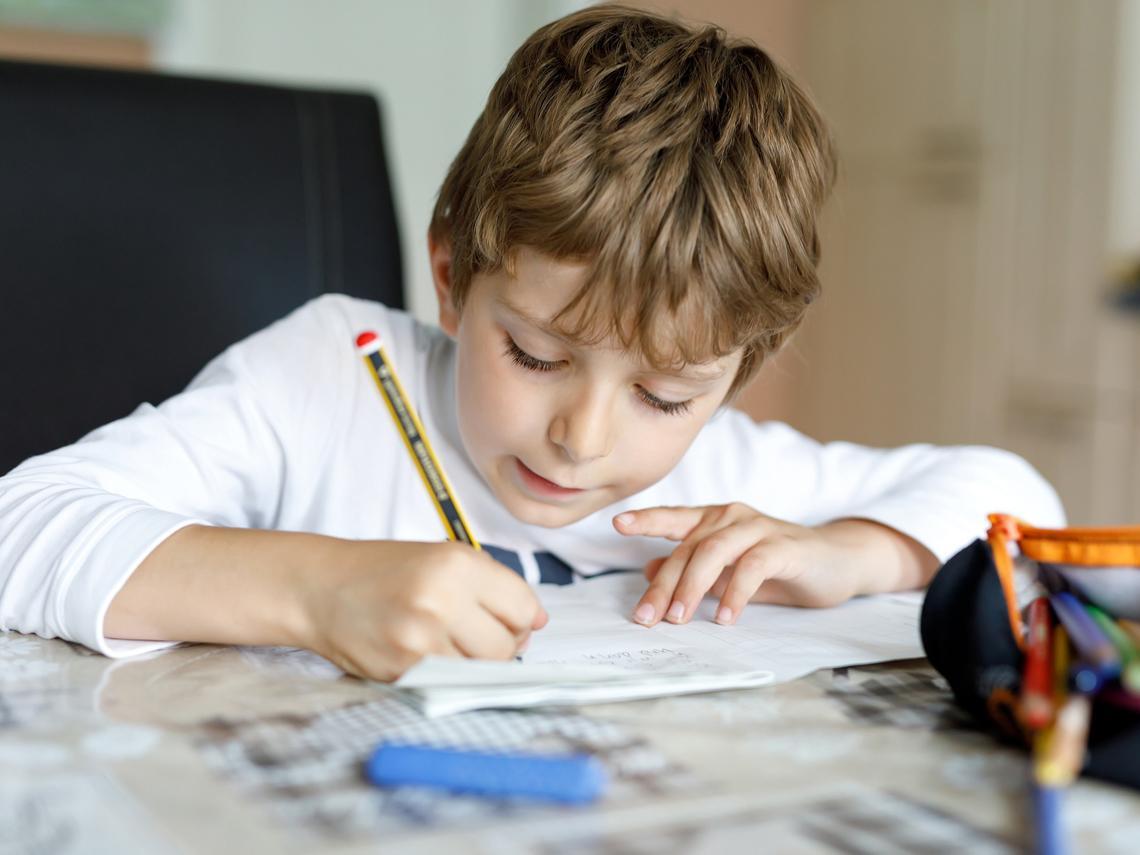 Cómo ayudar a los niños a escribir bien: juegos y trucos
