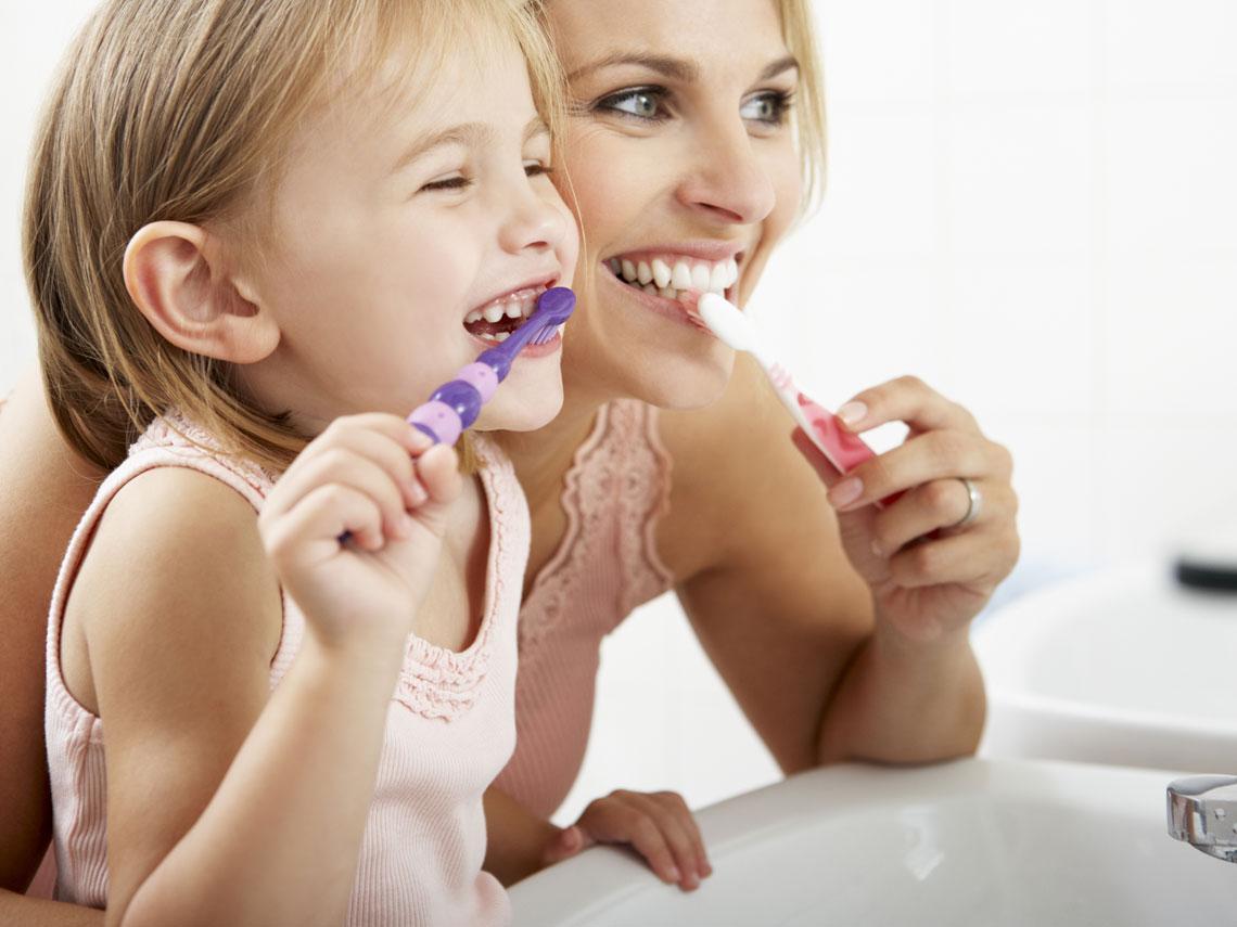 ¿Cómo tienen los niños que cepillarse los dientes?