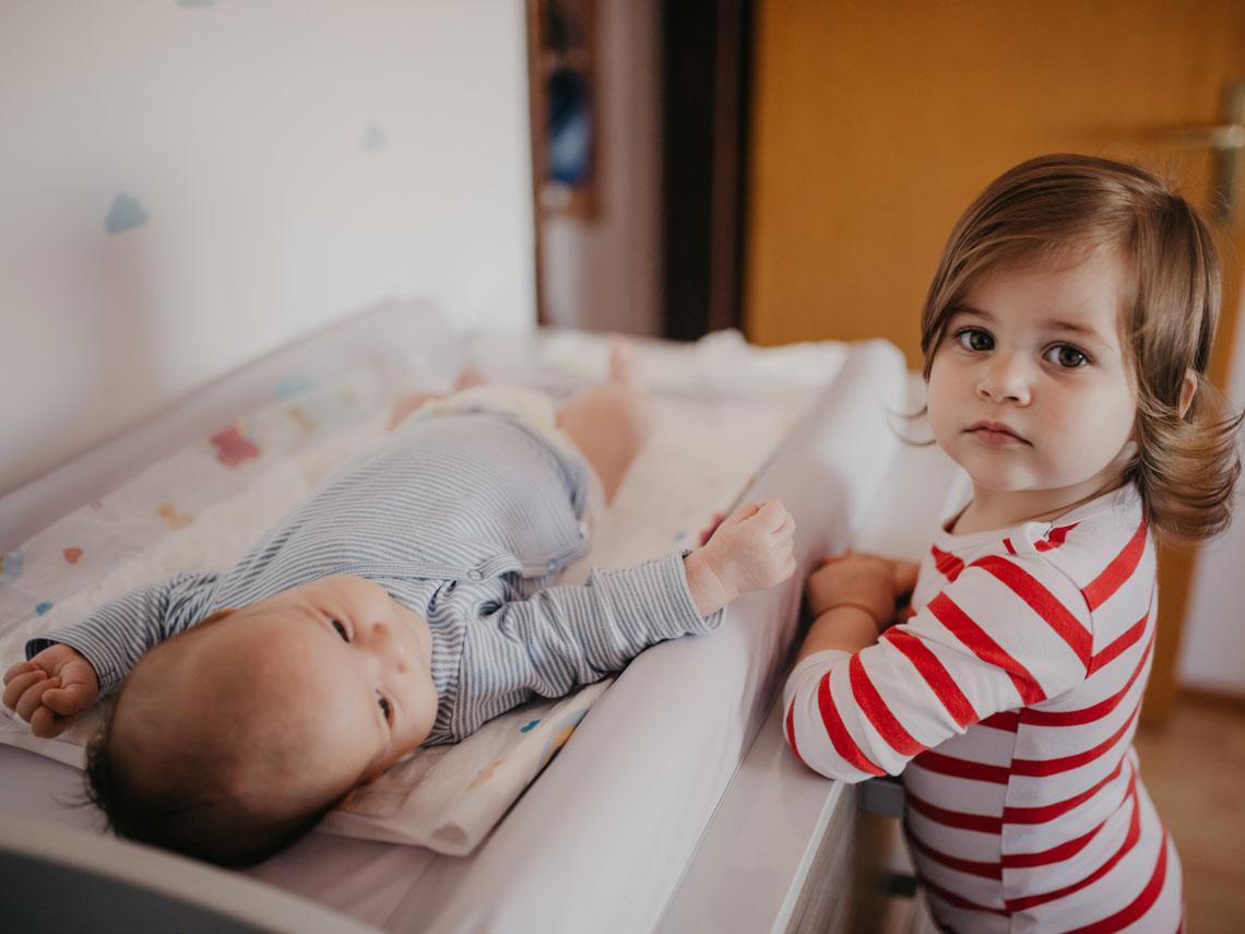 hermana cuidando a su hermano