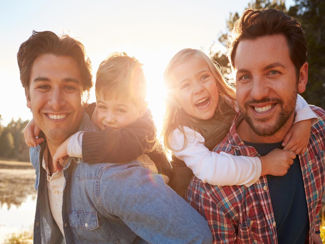 Una pareja LGTBI con sus hijos