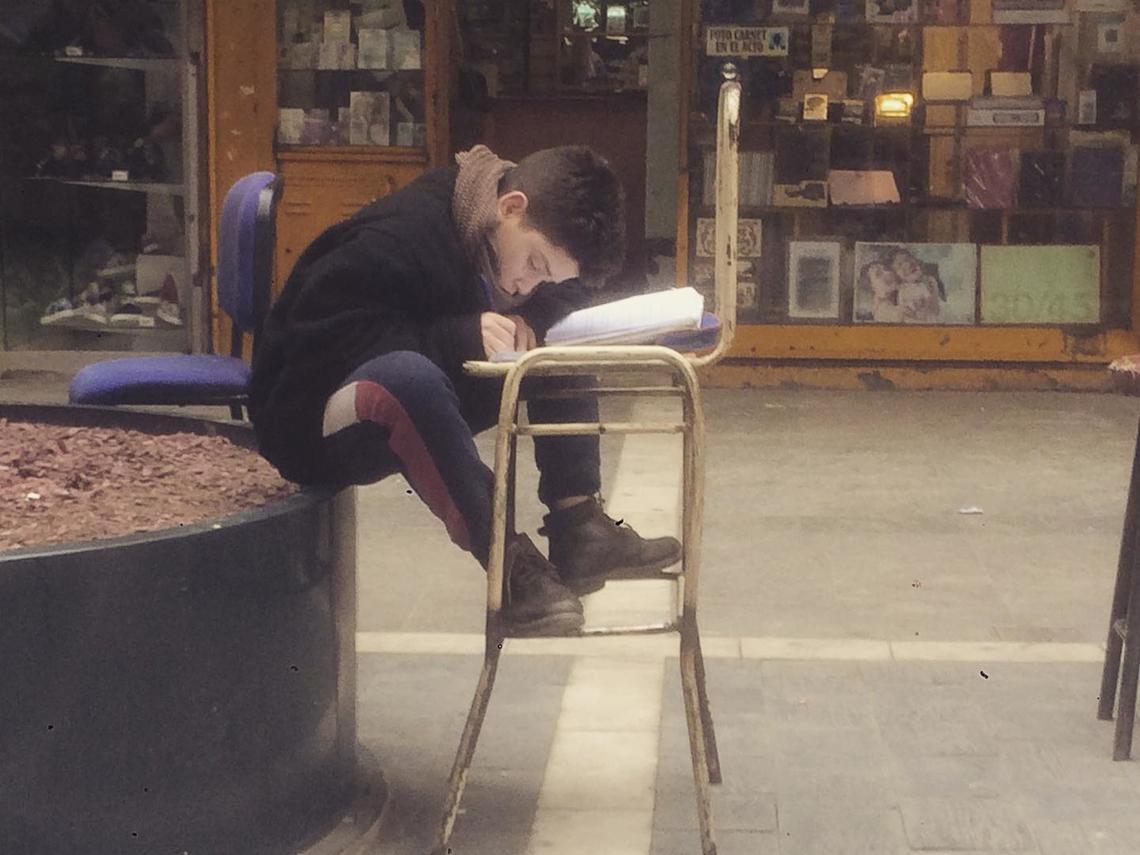 El conmovedor caso de un niño que estudia en la calle y saca sobresalientes