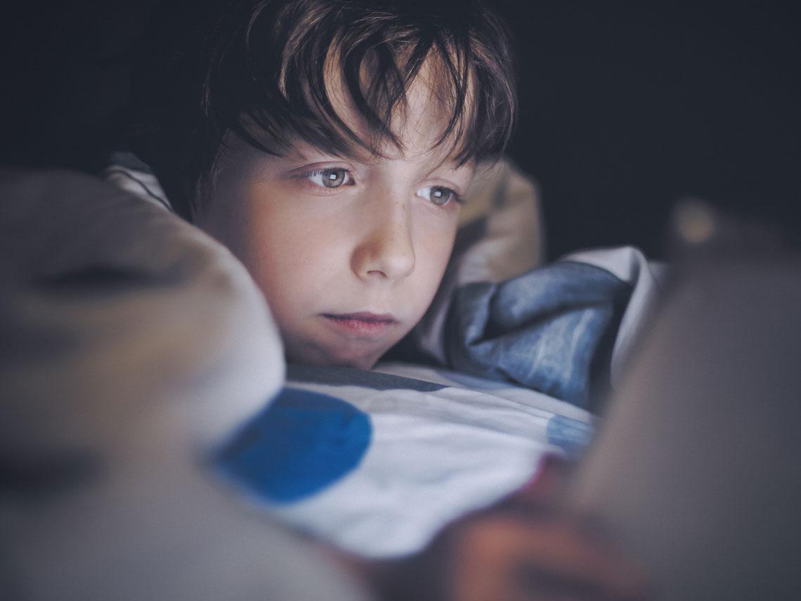 niño jugando online