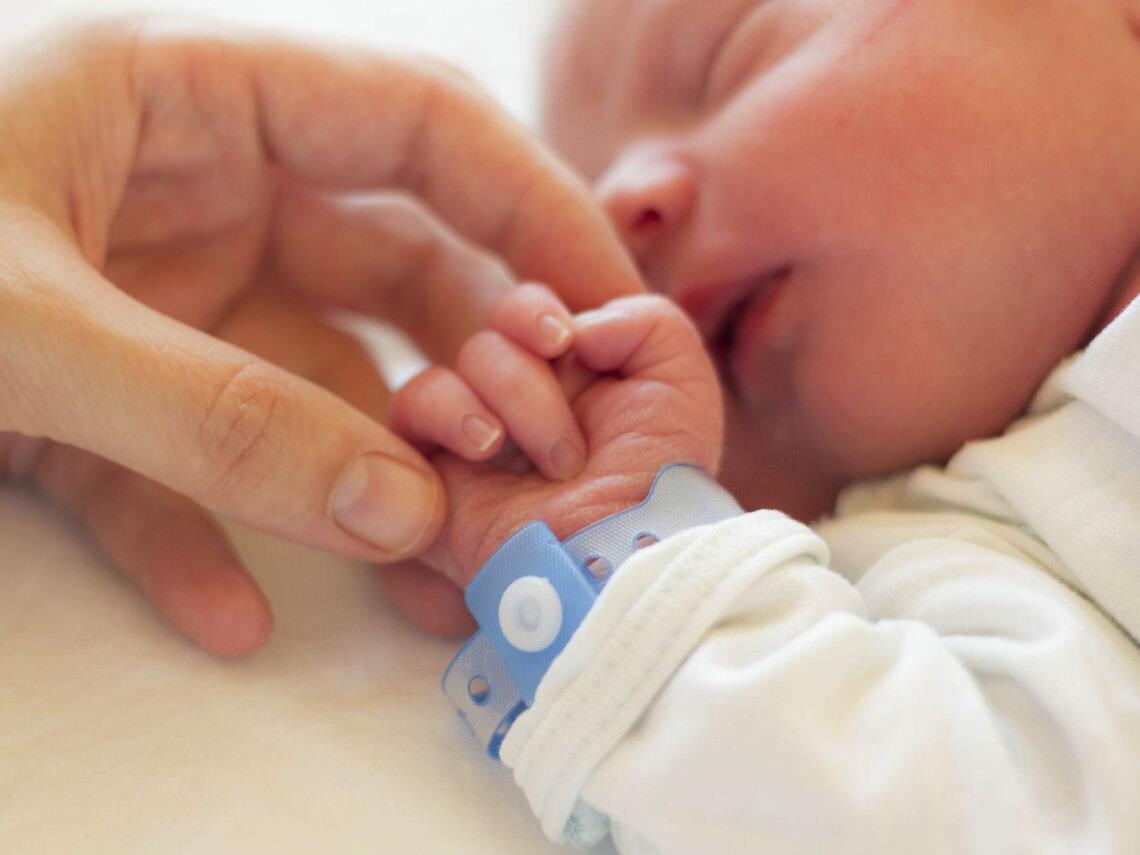 Testículo no descendido en bebés
