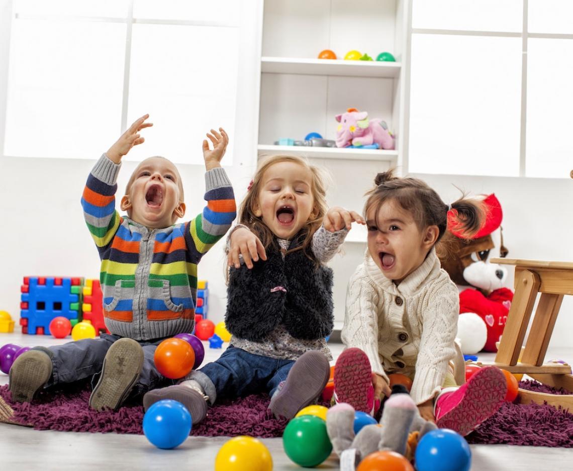 Niños jugando divertidos en casa