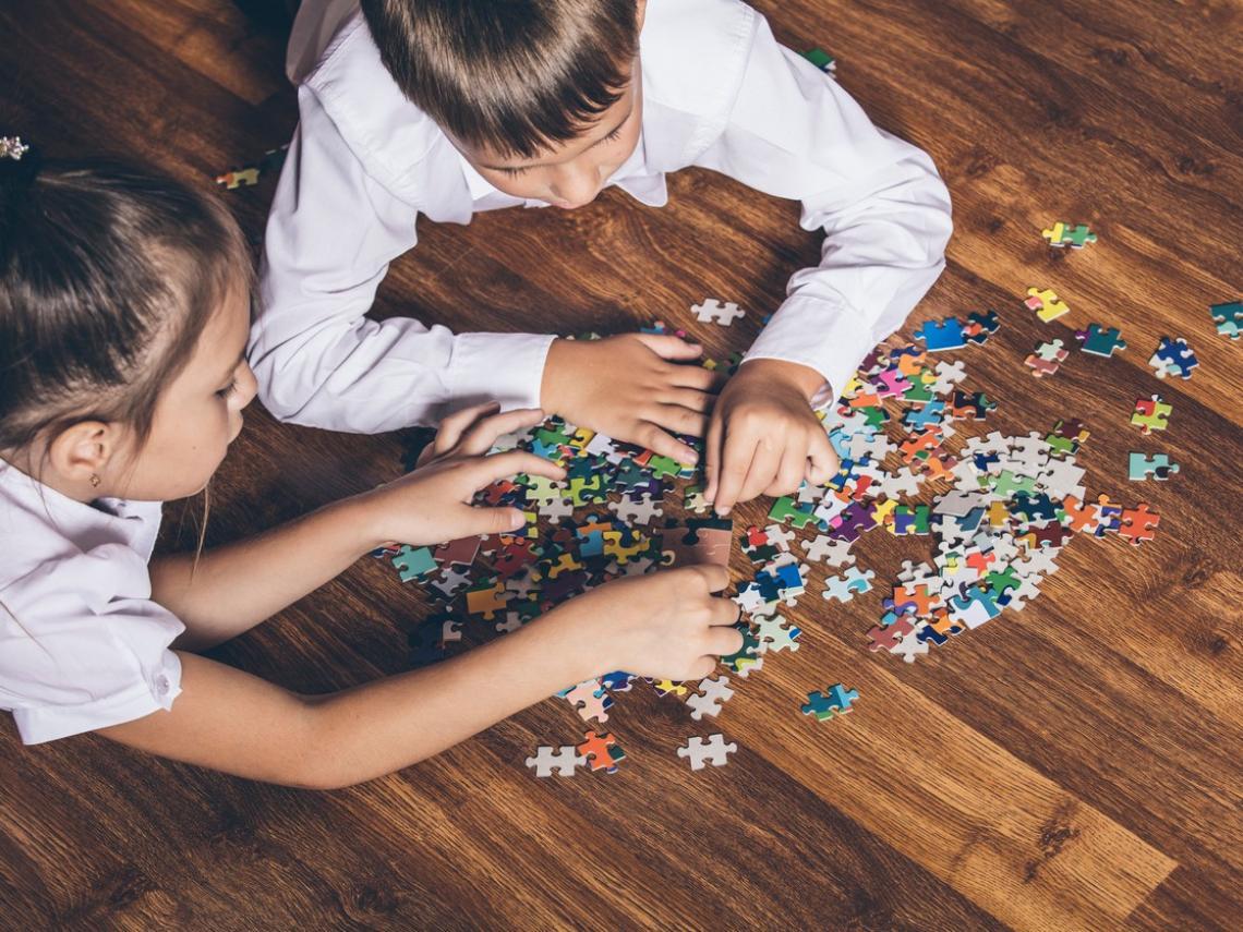 Niños haciendo puzzles (Foto: iStock)