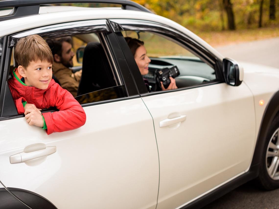 Familia de viaje en el coche