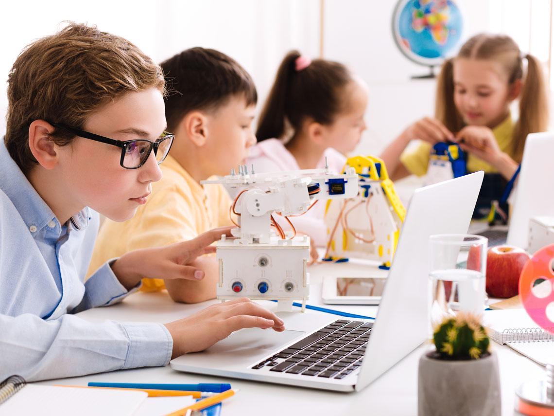 niño con tecnología