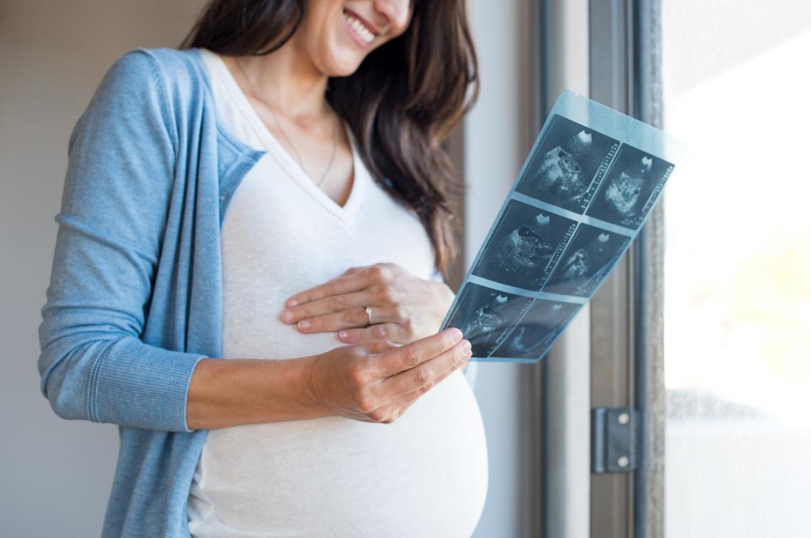Embarazada observa ecografías