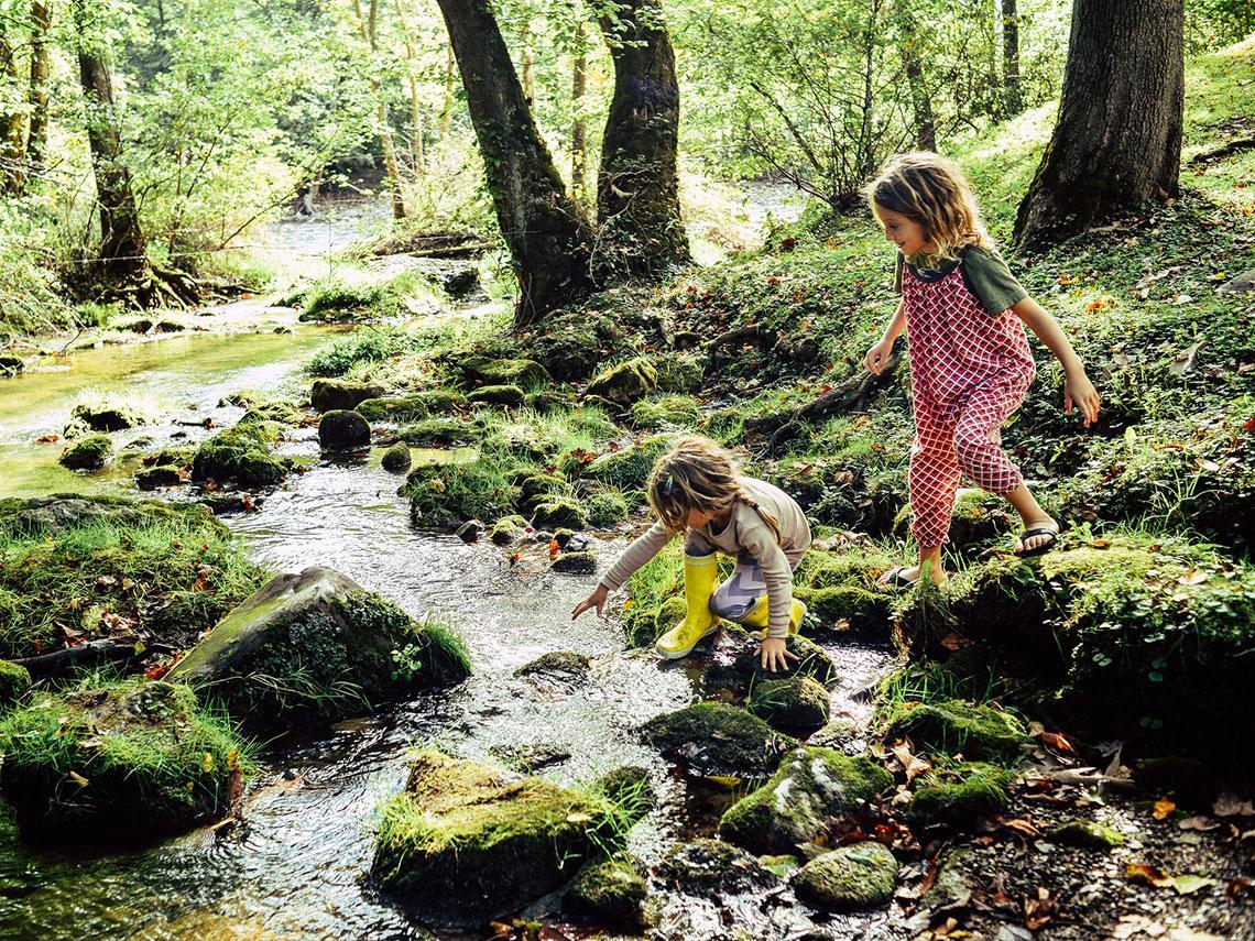 niñas jugando en la naturaleza