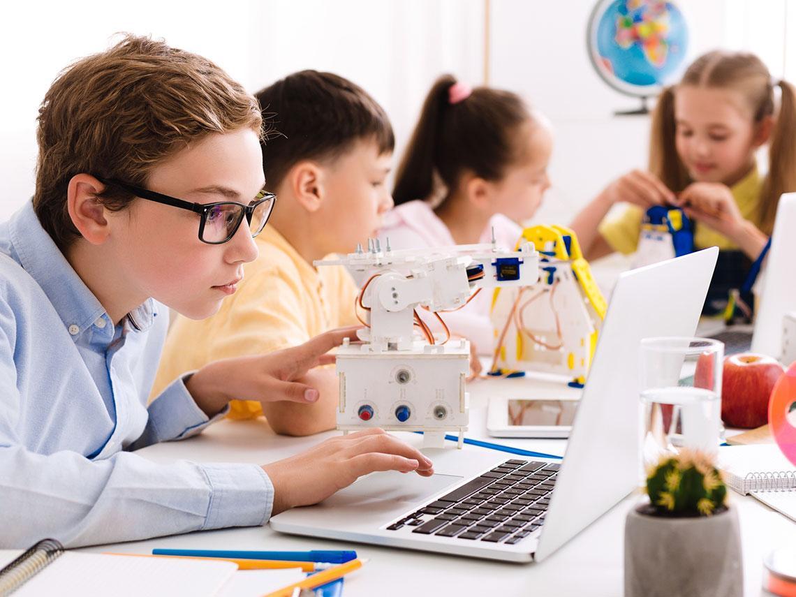 niños en una clase tecnológica