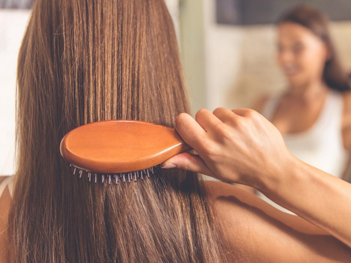 Mujer cepillándose el pelo (Foto: iStock)
