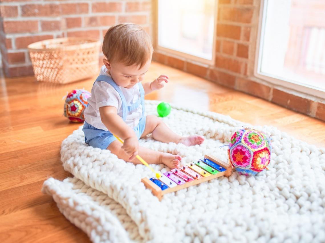 Bebé tocando música (Foto: iStock)