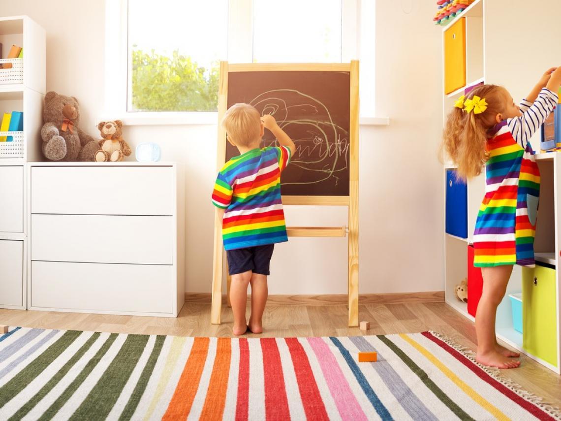 Niños sobre la alfombra (Foto: iStock)
