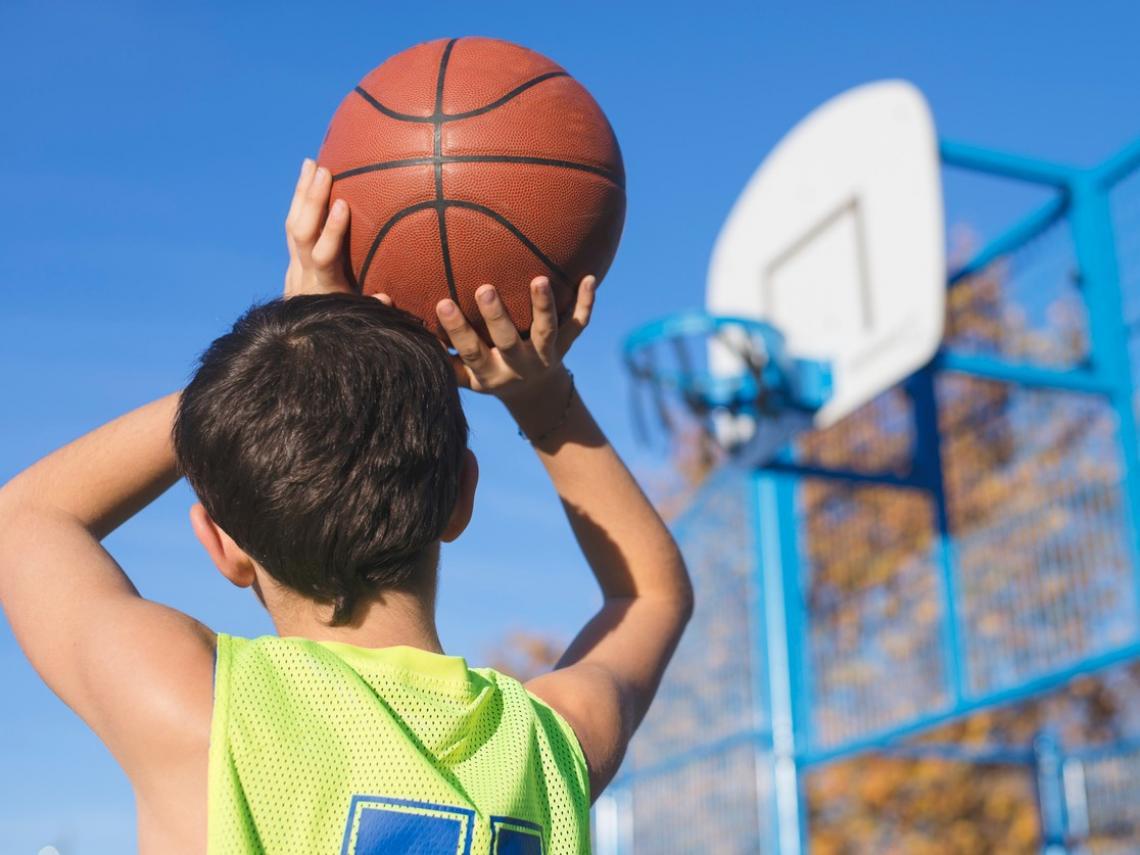 Niño jugando al baloncesto (Foto: iStock)