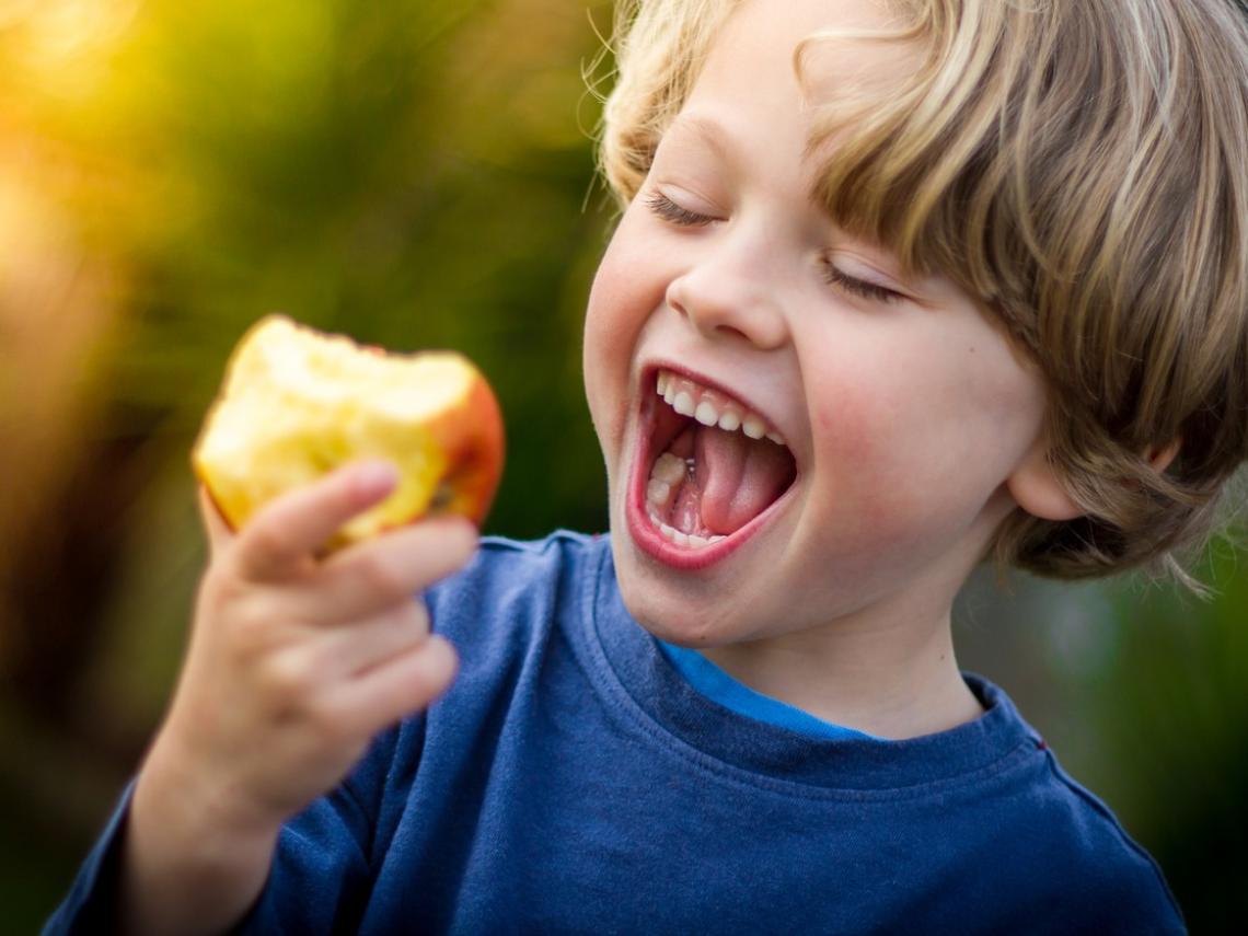 Niño comiendo manzana (Foto: iStock)