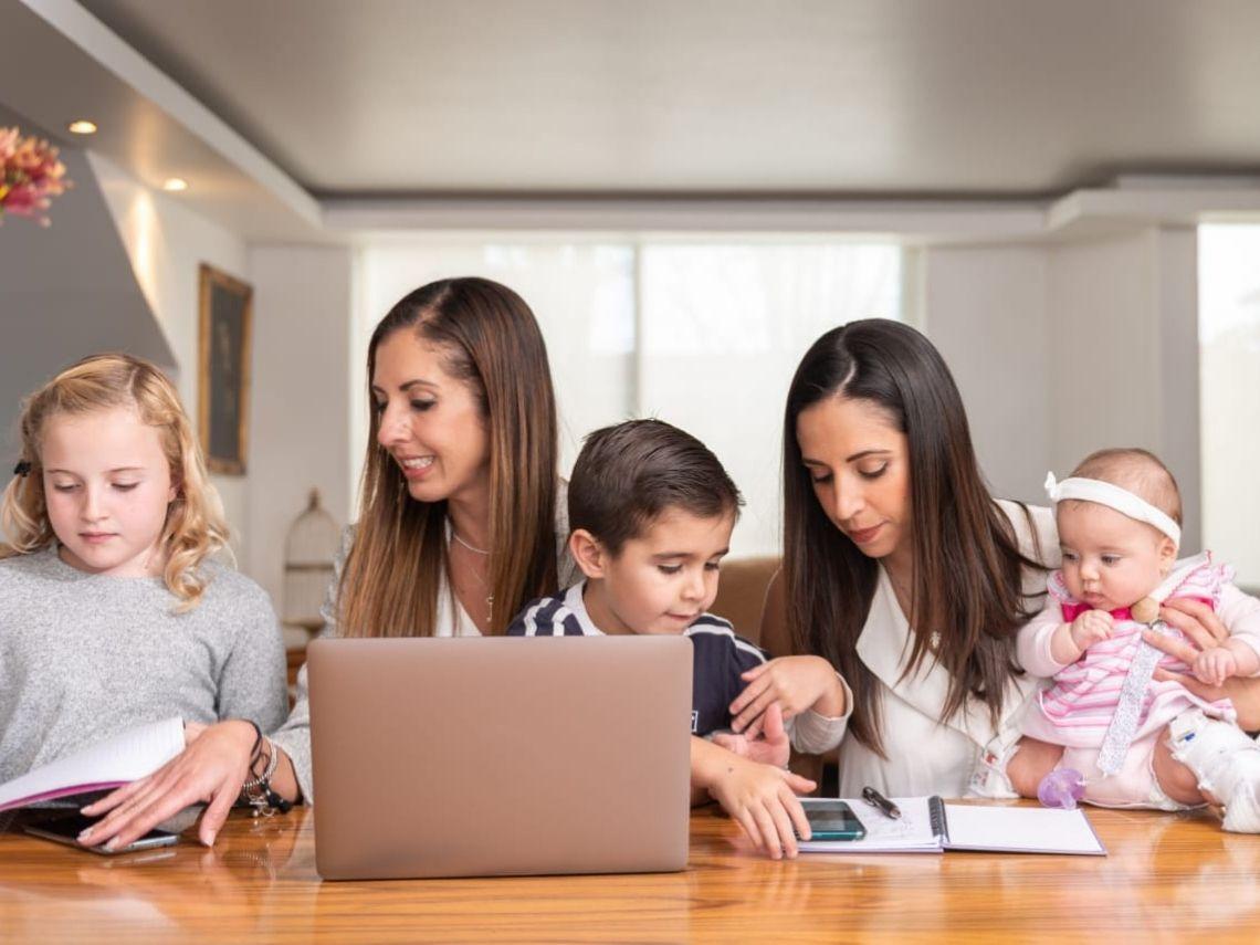 mujeres trabajando con niños
