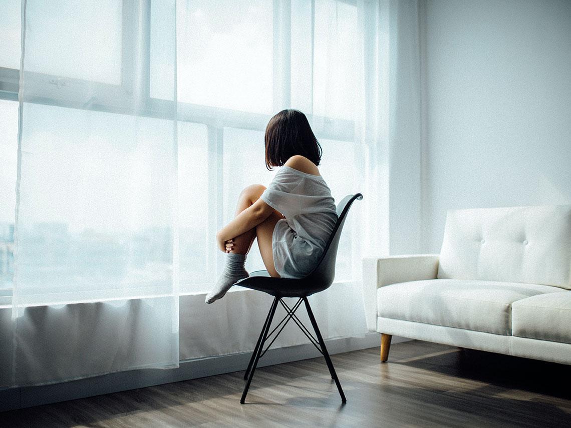 mujer con ansiedad en casa