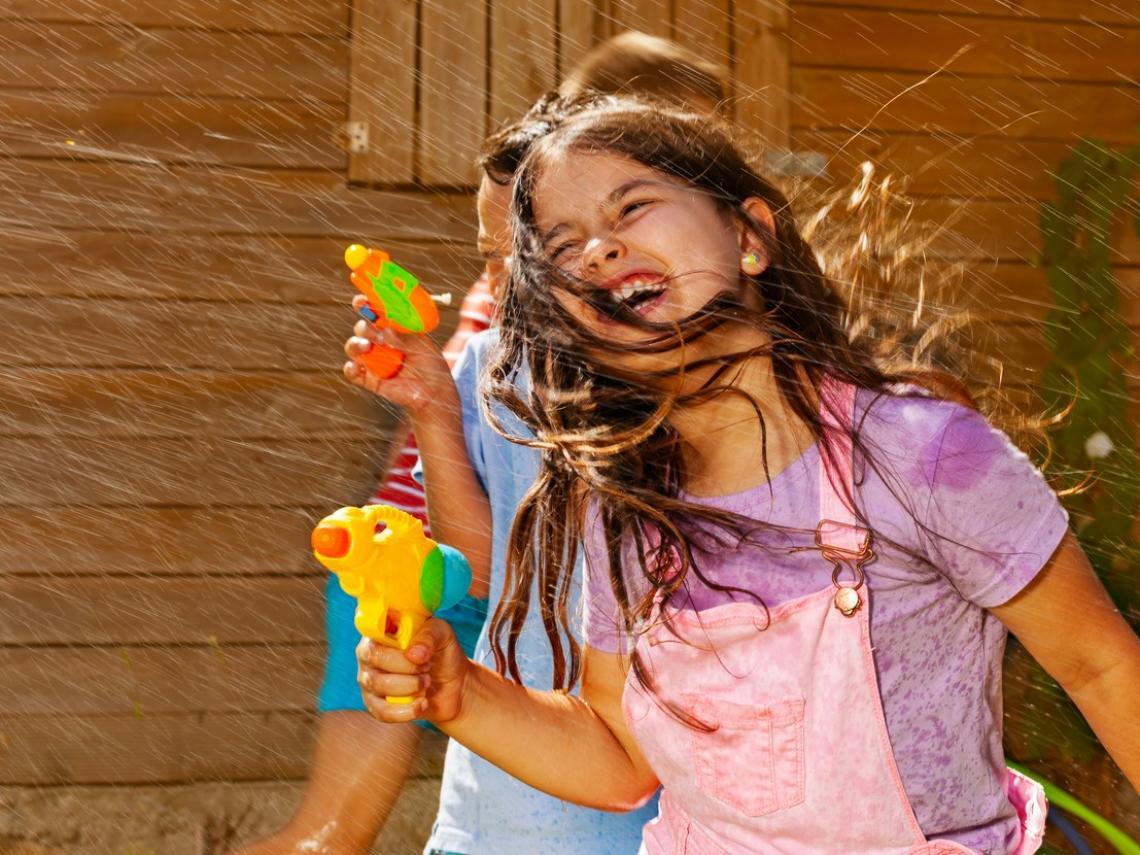 Niños jugando con pistolas (Foto: iStock)