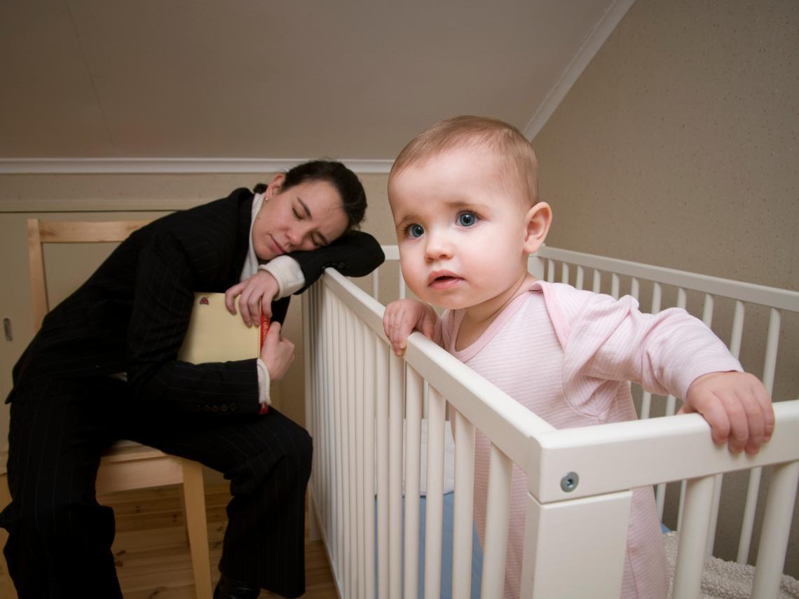 Un estudio encuentra que la falta de sueño tras el nacimiento del bebé puede envejecer a los nuevos padres