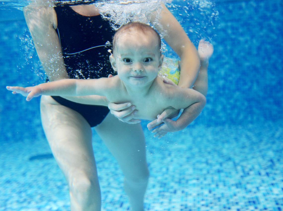 Clases de matronatación para bebés: estimulación en el agua ...