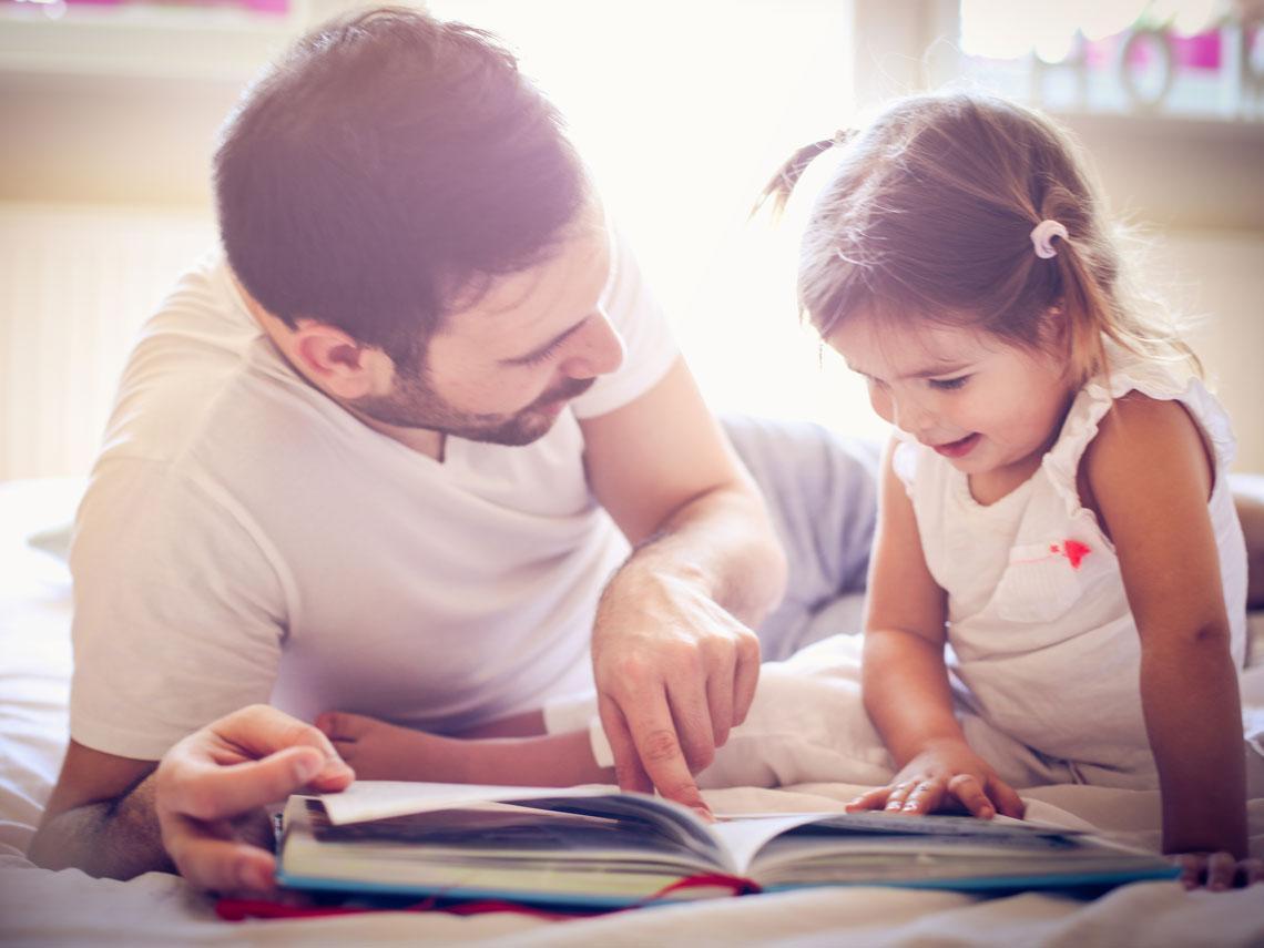 niña y padre leyendo un cuento