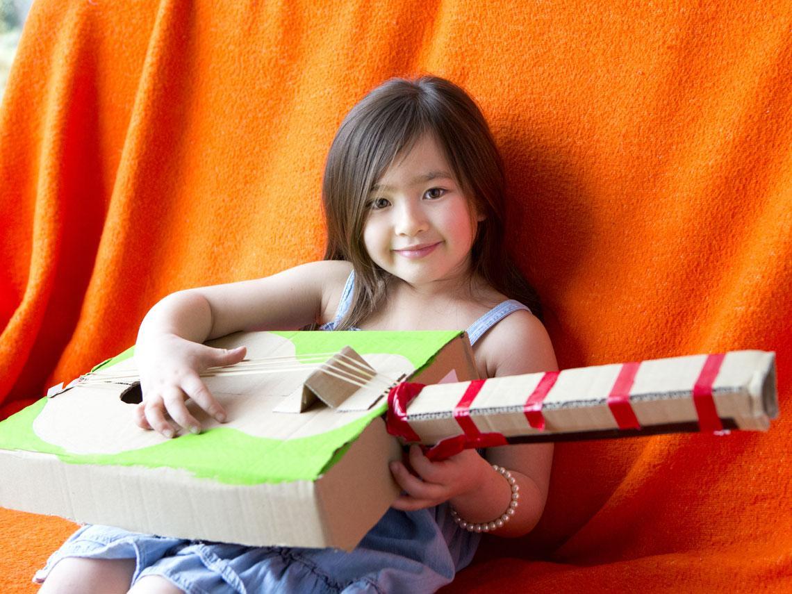 niño tocando instrumento musical
