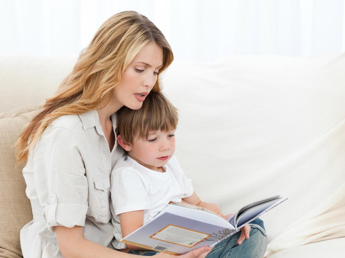 Una madre leyendo a su hijo