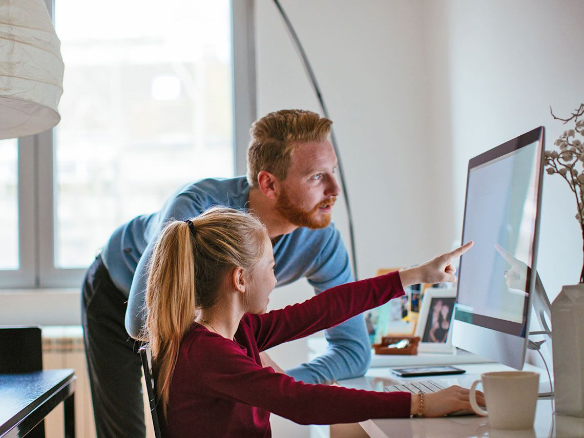 madre e hija con ordenador