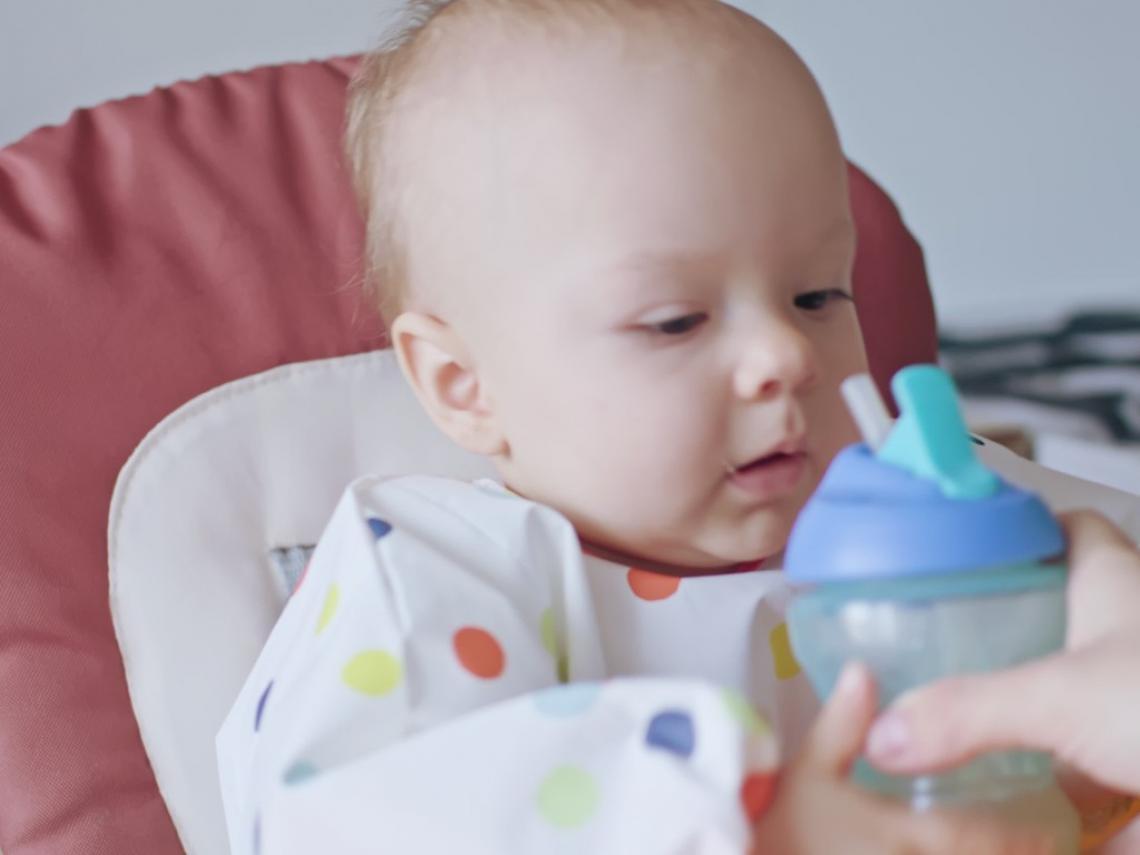 Bebé con vaso de agua