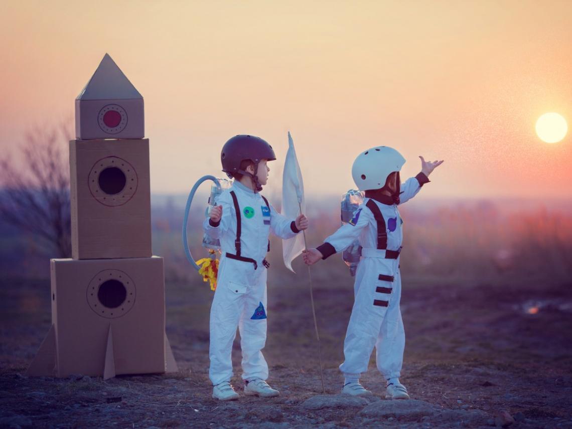 Niños vestidos de astronautas