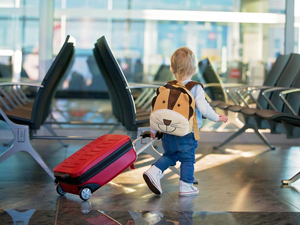 Niño con su maleta (Foto: iStock)