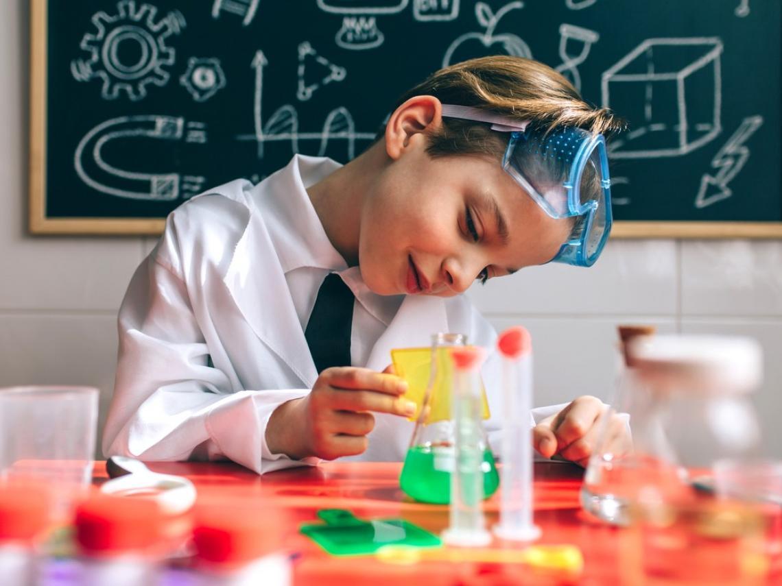 Niño haciendo experimento (Foto: iStock)