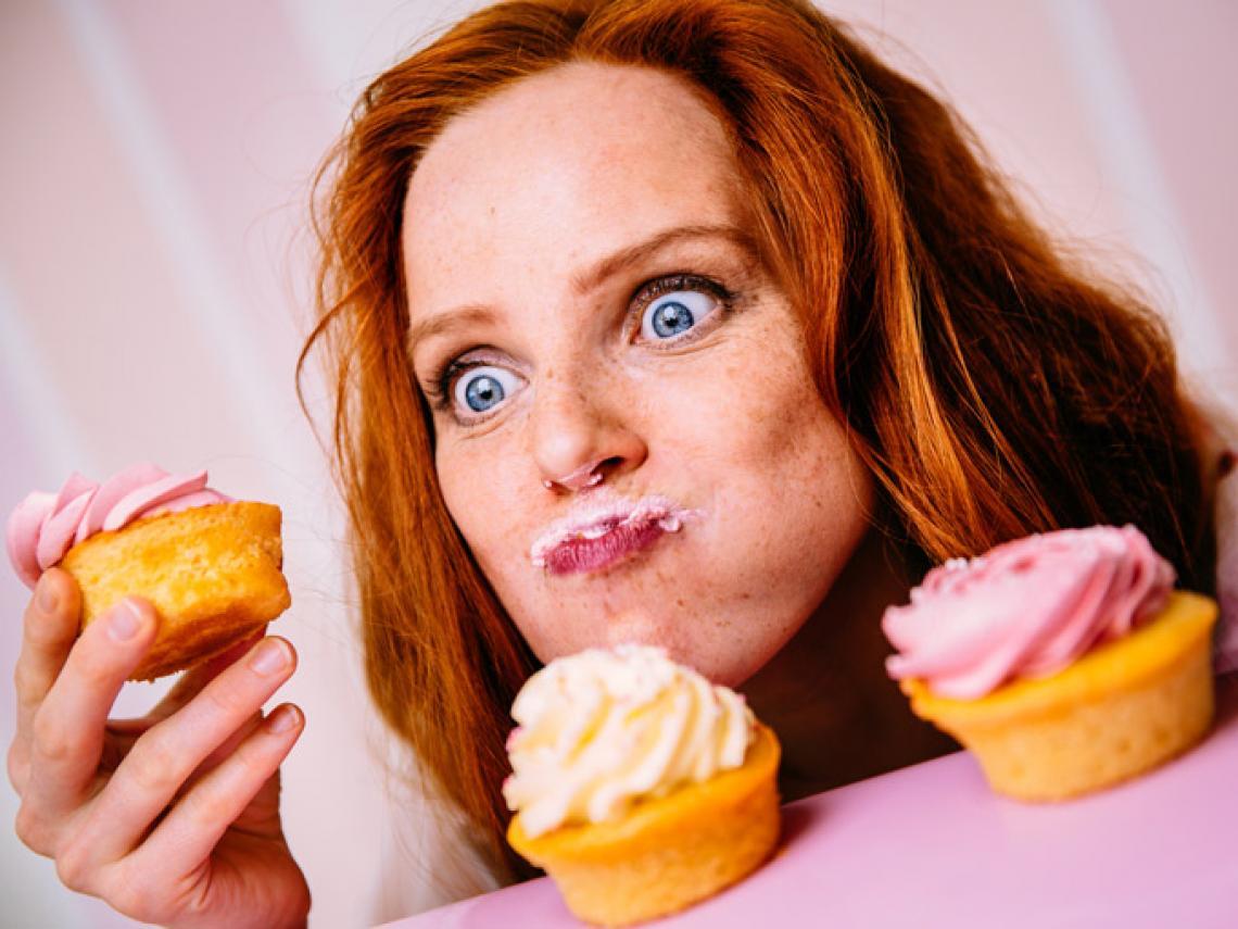 mujer comiendo cupcakes