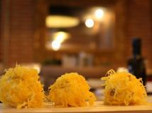 Receta navideña: bolitas de frutos secos, queso cremoso y huevo hilado