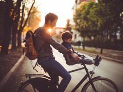 Tipos de sillas para llevar al bebé en bicicleta