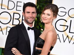 Behati Prinsloo y Adam Levine comparan sus barriguitas en la red