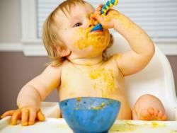 Los bebés que juegan con la comida aprenden antes