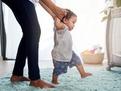 ¿Qué calzado necesitan los niños mientras aprenden a caminar?