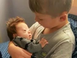 Es el vídeo más viral: conoce a Rayce, el niño de seis años que canta a su hermanito con Síndrome de Down