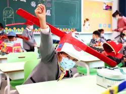 La ingeniosa idea de un cole en China: sombreros con alas de un metro para guardar la distancia