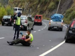 Un policía calma a un niño poniéndole videos en su móvil en medio de un accidente de tráfico
