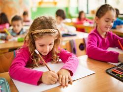 Los mensajes de apoyo que escribe una profe a sus alumnos en los pupitres