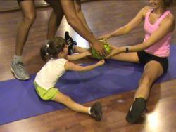 Pilates con niños: Abdominales con balón