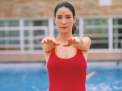 Embarazo: ejercicios de estiramiento junto a la piscina