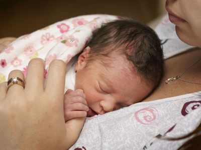 El abrazo de mamá calma el dolor de los bebés prematuros
