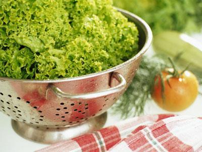 ¿Puedo comer ensalada en un restaurante o en casa de unos amigos?