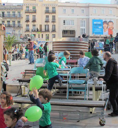 Niños en el Campo de la Cebada, en Madrid, por la mañana