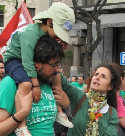 Niño a hombros de su padre en la manifestación de Madrid